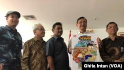 "Menko Luhut Binsar Panjaitan, berfoto bersama Penulis Komik ""Si Juki"", Bupati Belitung dan pihak lainnya Peluncuran Komik ""Si Juki "" di Kantor Kemenko Maritim, Jakarta, Jumat sore (21/6) (foto: VOA/Ghita Intan)."