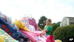 Ropa para niños y juguetes siempre son artículos que atraen a los compradores.