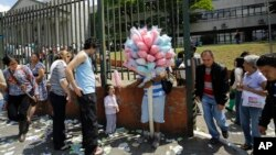 Suasana di depan sebuah TPS dalam pemilihan kepala daerah di Sao Paulo, Brazil, 2 Oktober 2016. Brazil menggelar pilkada untuk pertama kalinya sejak pemakzulan Dilma Rousseff (AP Photo/Nelson Antoine).