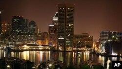 巴尔的摩有灿烂夜景,但有些地区缺少能亮的路灯