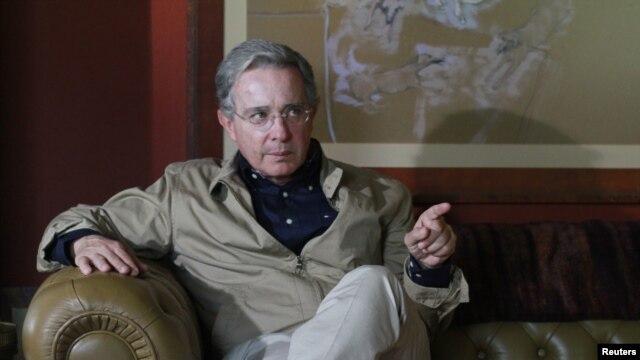El expresidente Álvaro Uribe le solicitó al actual mandatario Juan Manuel Santos suspender el proceso de paz en tanto no se liberen los policías secuestrados.