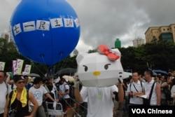 香港網民團體以卡通人物Hello Kitty,諷刺新任香港特首梁振英隱瞞家中違建