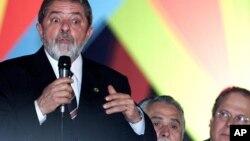 Presiden Brazil Luiz Inacio Lula da Silva (kiri) didampingi presiden partai pekerja Jose Genoino (tengah) dan kepala staff Jose Dirceu (kanan) dalam suatu rapat partai di Brazil (Foto: dok). Tiga staff utama mantan Presiden Lula dinyatakan bersalah atas tindkan korupsi (9/10).