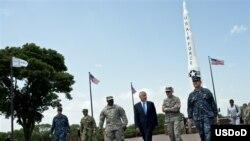 2013年6月20日,美国战略司令部副司令贾尔迪纳中将(右一)等人陪同国防部长黑格尔参观内布拉斯加的奥法特空军基地。(美国国防部照片)