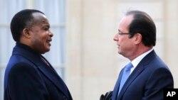 Le président congolais Denis Sassou Nguesso, à gauche, est accueilli par le président français François Hollande à l'Elysée à Paris, le vendredi 6 décembre 2013.