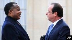 ARCHIVES - Le président congolais Denis Sassou Nguesso, à gauche, est accueilli par le président français François Hollande à l'Elysée à Paris, le vendredi 6 décembre 2013.