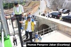 Menteri PUPR Basuki Hadimuljono sdan Gubernur Jawa Barat Ridwan Kamil meninjau Terowongan Nanjung di Kabupaten Bandung, Senin (13/1/20), dan menyatakan proyek tersebut efektif mengurangi muka air di kawasan Bandung selatan.