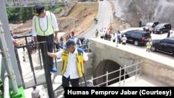 Menteri PUPR Basuki Hadimuljono sdan Gubernur Jawa Barat Ridwan Kamil saat meninjau Terowongan Nanjung di Kabupaten Bandung, 13 Januari 2020. (Foto: dok).
