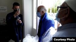 Pemeriksaan suhu tubuh sebelum masuk masjid komunitas Indonesia, IMAAM Center, Maryland.