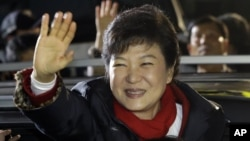 South Korea's presidential candidate Park Geun-hye of ruling Saenuri Party waves to her supporters near the party's head office in Seoul, South Korea, Dec. 19, 2012.