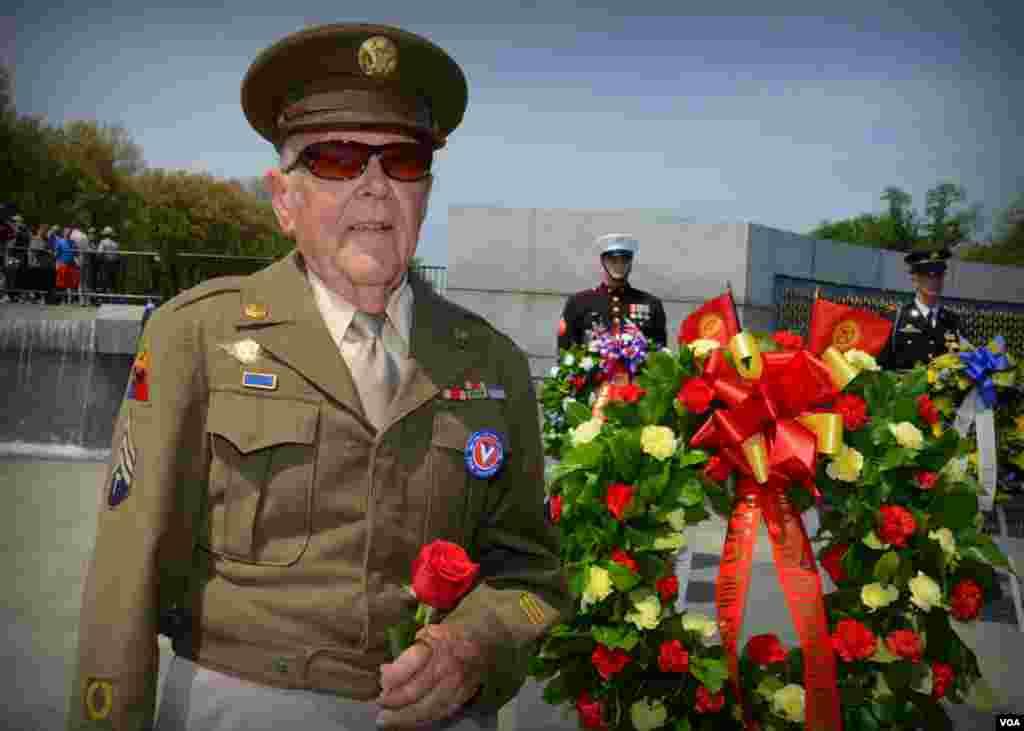 Ветеран с красной розой