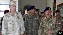 Admiral Michael Mullen (L) Chairman of the US Joint Chiefs of Staff arrives in Multan, Pakistan, with Pakistan's army Chief General Ashfaq Parvez Kayani (C), to visit flood-affected areas, Sept. 2, 2010 (file photo)