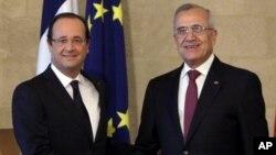 시리아 문제를 논의하기위해 레바논을 방문해 미첼 술레이만 레바논 대통령의 영접을 받는 프랑수와 올랑드(좌측) 프랑스 대통령