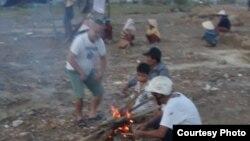 Các hộ dân giáo xứ Cồn Dầu quay lại dựng lều tạm ở khu vực bị cưỡng chế. Photo Huỳnh Ngọc Trường.