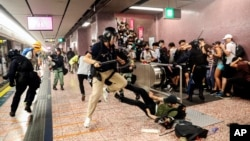 香港警察在港铁太子站殴打抗议者。(2019年8月31日)