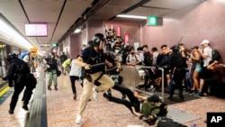 资料照片:香港警察在港铁太子站逮捕抗议者。(2019年8月31日)