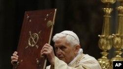 Baba Mtakatifu Benedict akisalia misa ya mkesha wa Kristmas katika kanisa la St. Peter's Basilica Vatican Dec. 24, 2012