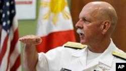 美軍太平洋艦隊司令海軍上將斯威夫特7月17日在馬尼拉接受記者訪問資料照。