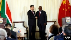 Le président chinois Xi Jinping et le président sud-africain Cyril Ramaphosa après une conférence de presse après leur rencontre à l'Union Building à Pretoria, le 24 juillet 2018.