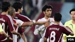 Timnas Iran saat berhadapan dengan timnas Qatar (foto: dok). Timnas Iran lolos babak final kualifikasi Asia untuk PD 2014.