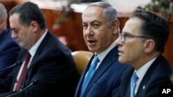 Биньямин Нетаньяху (в центре) среди членов кабинета