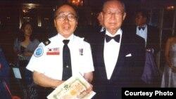 지난해 7월 60년 만에 백선엽 전 육군참모총장(오른쪽)과 함께 한 강석희 씨가 6.25 전쟁 당시 백선엽 사단장으로부터 받은 제대증명서를 들고 있다.