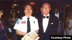 60년 만에 백선엽 전 육군참모총장(오른쪽)과 함께 한 강석희 씨가 6.25 전쟁 당시 백선엽 사단장으로부터 받은 제대증명서를 들고 있다.