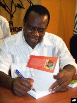 Siona Casimiro dá autógrafos durante a sessão de lançamento do seu livro