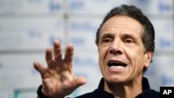 اندرو کومو، فرماندار نیویورک، هفته گذشتههنگام بازدید از تجهیزات پزشکی در بیمارستان موقت ۲۵۰۰ تختخوابی ارتش آمریکا