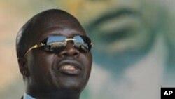 Albert Mabri Toikeusse s'adressant à des militants à Treichville, octobre 2009