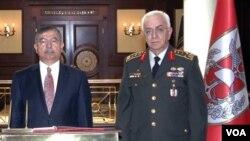 Menteri Pertahanan Turki Ismet Yilmaz (kiri) berpose bersama mantan kepala staff Jendral Isik Kosaner (foto:dok).
