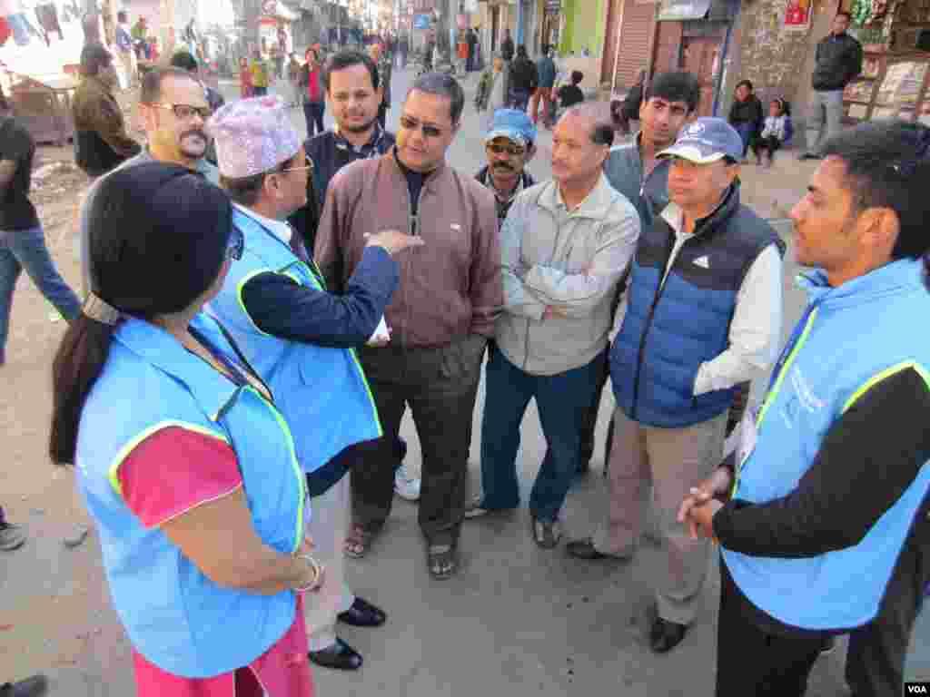 Election observers talk to voters in Kathmandu, Nov. 19, 2013. (Aru Pande/VOA)