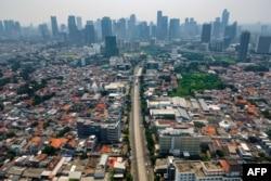 Jalan menuju pusat kota Jakarta yang biasanya dipenuhi lalu lintas terlihat sepi, 16 Juli 2021, saat diberlakukannya PPKM untuk membatasi penyebaran COVID-19.