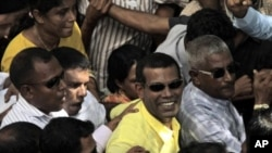 馬爾代夫總統納希德(中)星期二辭去總統職務後﹐在首都馬里和支持他的群眾一起遊行。