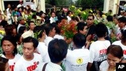 برما کی ایک جیل کے باہر لوگ اپنے عزیزوں کی رہائی کے منتظر(فائل)