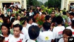 Người nhà các tù nhân chờ đợi bên ngoài nhà tù Insein ở Miến Điện, 13/1/2012