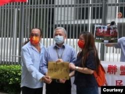 """2021年10月1日,""""同心护港""""发言人曹达明(左)致函特首,要求为维多利亚公园改名。(曹达明提供)"""