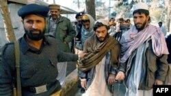 Պակիստանի ոստիկանության ծառայողներն ուղեկցում են ձերբակալված թալիբներին (արխիվային լուսանկար)