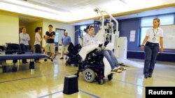 Ảnh minh họa - Bệnh nhân bại liệt Jason Disanto điều khiển xe lăn bằng Hệ thống Tongue Drive (điều khiển bằng lưỡi) tại Trung tâm Shepherd, Atlanta, tiểu bang Georgia.