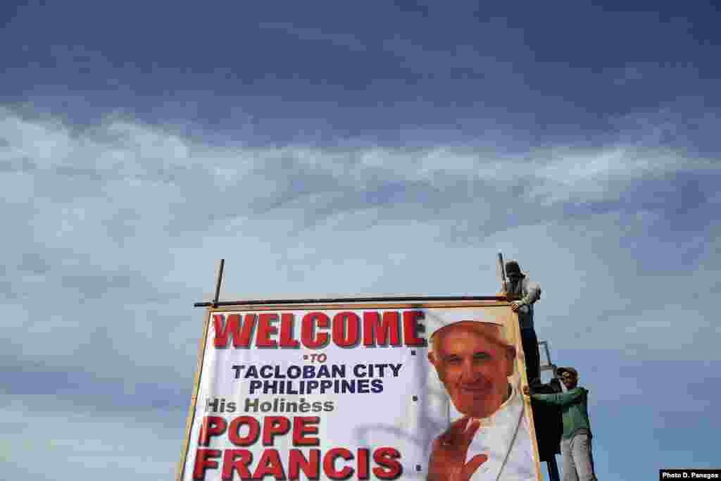 Filippinin Takloban şəhərində Roma Papasının şəkli olan plakatlar asılıb - 15 yanvar, 2015