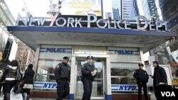 Petugas polisi di kota New York melakukan penjagaan ketat di daerah Times Square menjelang perayaan tahun baru.