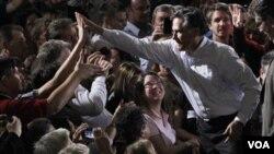 Mitt Romney menyapa pendukungnya di sebuah perusahaan cat Lanco Orlando, Florida (27/1).