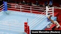 Petinju Mourad Aliev dari Perancis menolak untuk meninggalkan ring setelah wasit mendiskualifikasi dalam pertandingan dengan Cheavon Clarke dari Inggris dalam nomor Super Heavyweight di Olimpiade Tokyo, 1 Agustus 2021. (Foto: Ueslei Marcelino/Reuters)