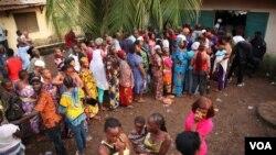 File d'électeurs attendant de voter devant un bureau de vote à Conakry, en Guinée, le 11 octobre 2015. (Photo: C. Stein/VOA)