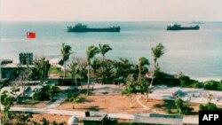 两艘台湾军舰停泊在南中国海太平岛附近海域。