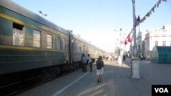 乌兰巴托火车站开往北京的国际列车(美国之音白桦拍摄)