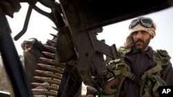 سهرههڵـداوانی لیبی به چهکی قورسهوه له نزیک شـارۆچکهی ڕهئس لانوف خۆیان دامهزراندووه، شهممه 5 ی سێی 2011