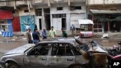 Cư dân tại hiện trường vụ nổ bom xe ở thủ đô Baghdad, ngày 9/3/2014.