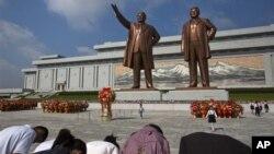 지난 9일 북한 정권수립일을 맞아 평양 만수대의 김일성, 김정일 부자 동상에 참배하는 주민들.