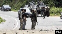 Pasukan keamanan Thailand melakukan pemeriksaan lokasi pemboman di provinsi Yala, 20 Januari 2011.